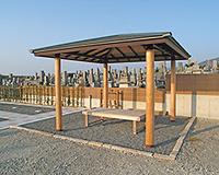 ベンチが設置された休憩所
