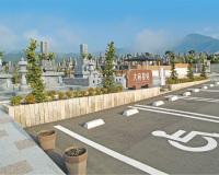 墓苑の正面にゆったりとした駐車場